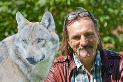 Andreas Hoppe ist Wolfpaten - Foto: NABU/Eric Neuling