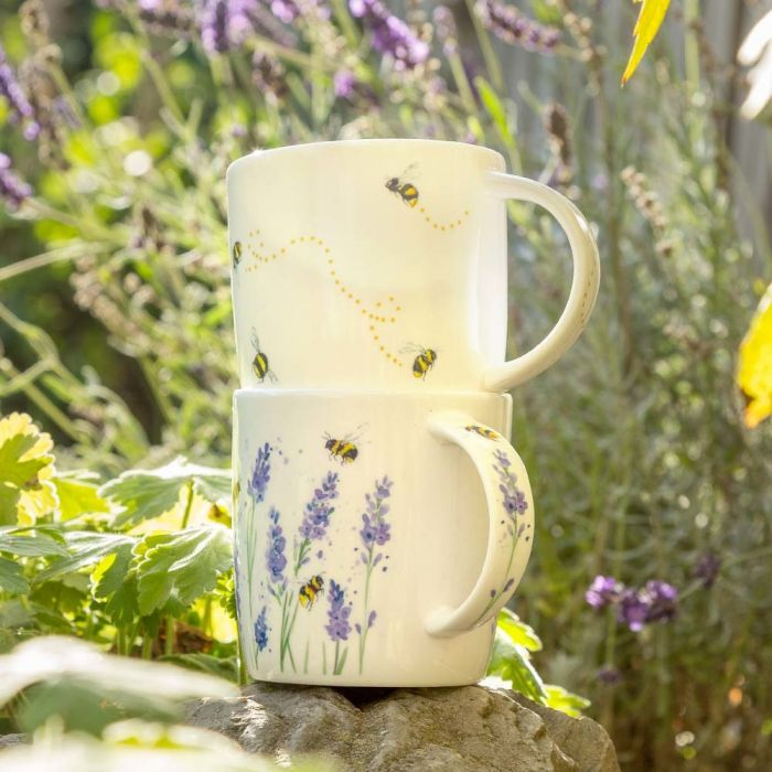 Tasse mit Hummeln und Lavendel